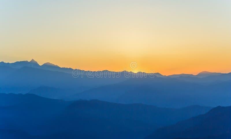 Soluppgång på Himalaya område arkivfoto
