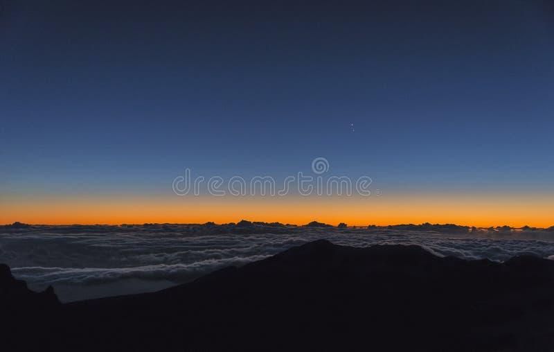Soluppgång på horisonten på Mt haleakala royaltyfria foton