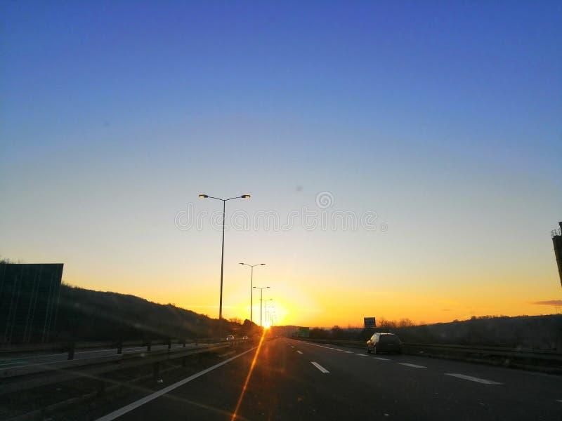 Soluppgång på huvudvägen arkivbild