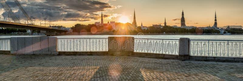 Soluppgång på invallning av Daugavafloden och sikt på gammal stad av Riga royaltyfria bilder