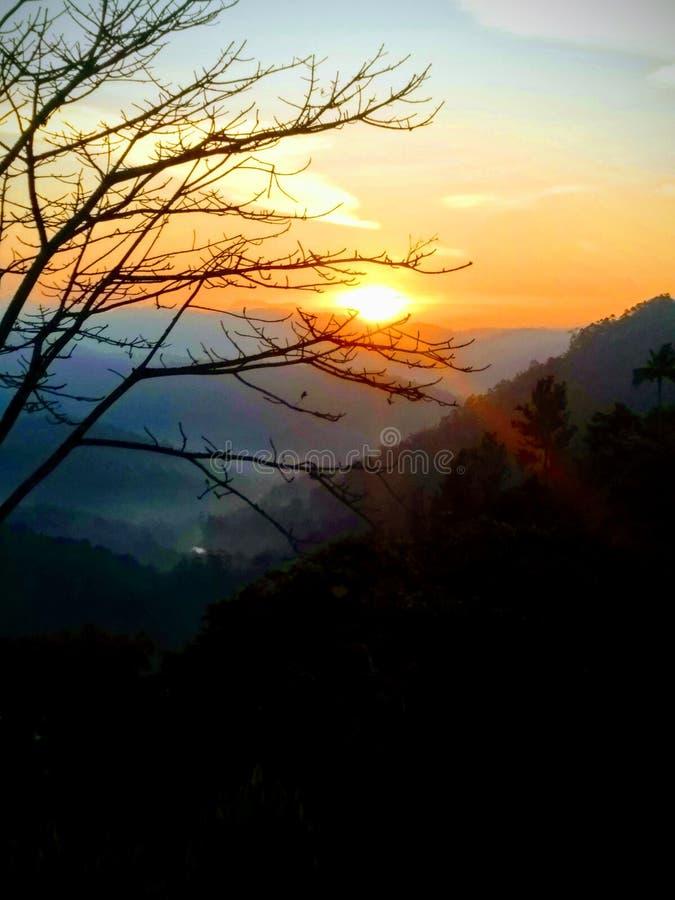 Soluppgång på kullestationen arkivbild