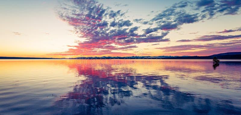 Soluppgång på laken royaltyfria bilder