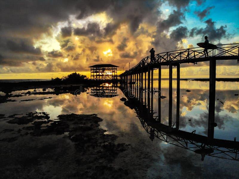 Soluppgång på molnet 9 - den Siargao ön - Filippinerna arkivfoton