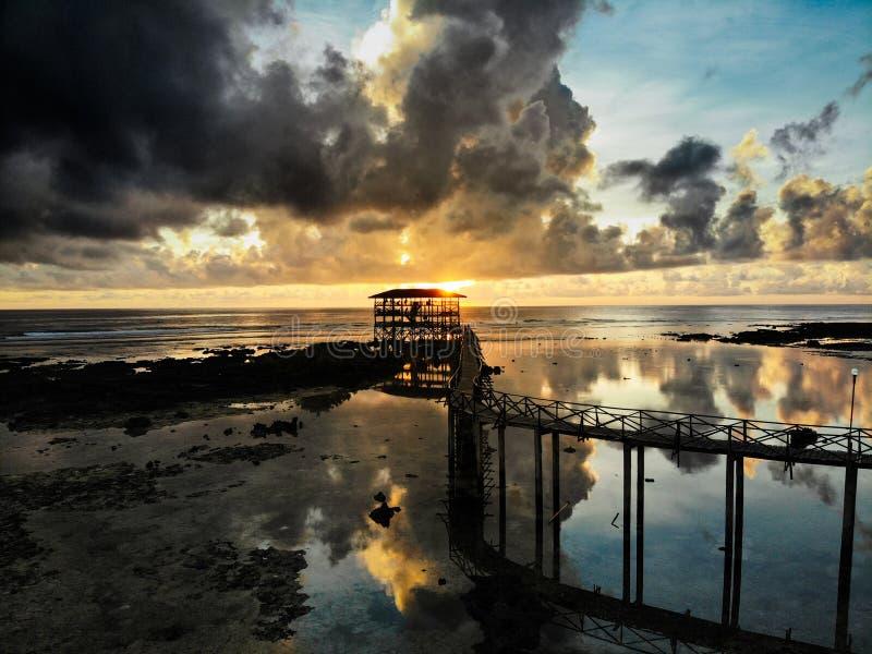 Soluppgång på molnet 9 - den Siargao ön - Filippinerna royaltyfri fotografi