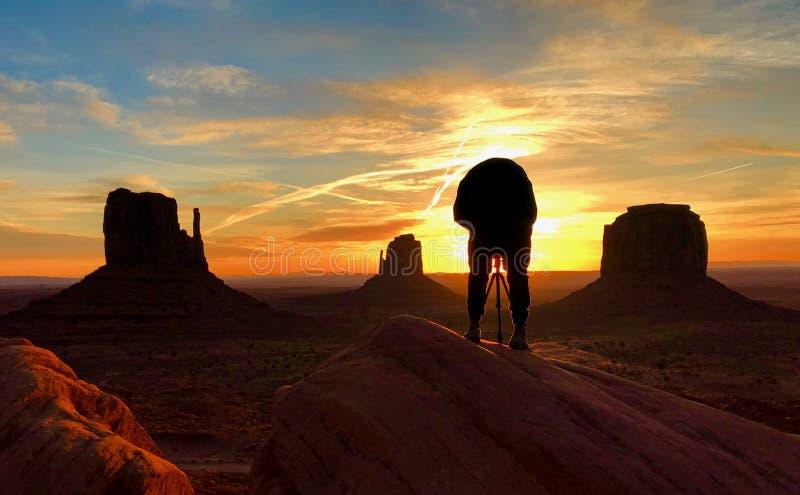 soluppgång på monumentdalen royaltyfri bild