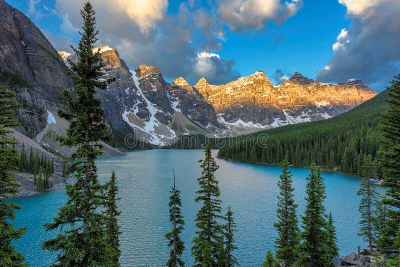 Soluppgång på morän sjön i den Banff nationalparken, Kanada arkivbild