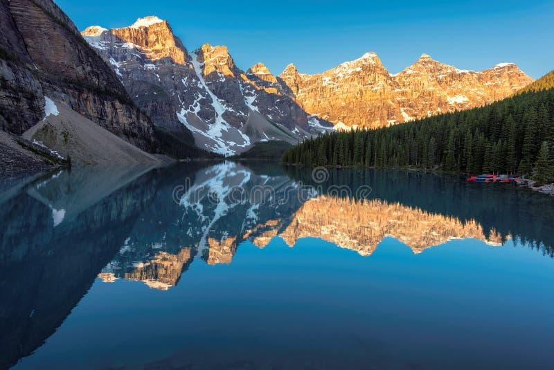 Soluppgång på morän sjön i kanadensiska steniga berg, Banff nationalpark, Kanada royaltyfri bild