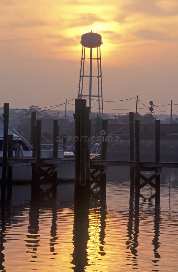 Soluppgång på mystikerhamnstaden, Connecticut royaltyfria bilder