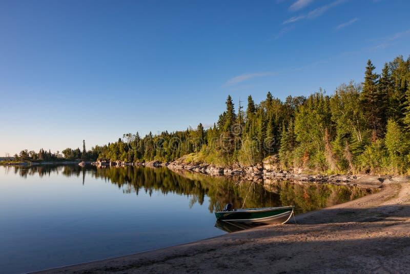 Soluppgång på Nutimik sjön Manitoba arkivfoton