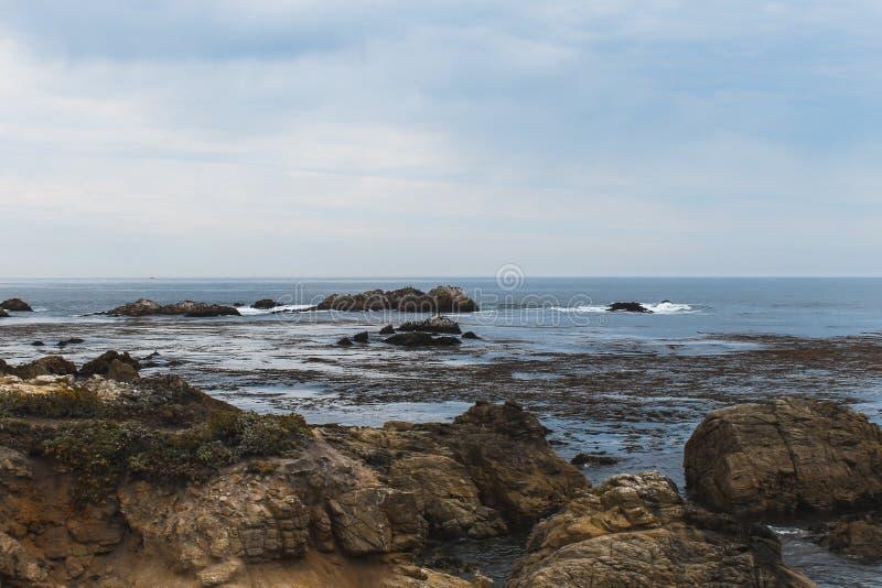 Soluppgång på Rocky Monterey Ca, arkivbild