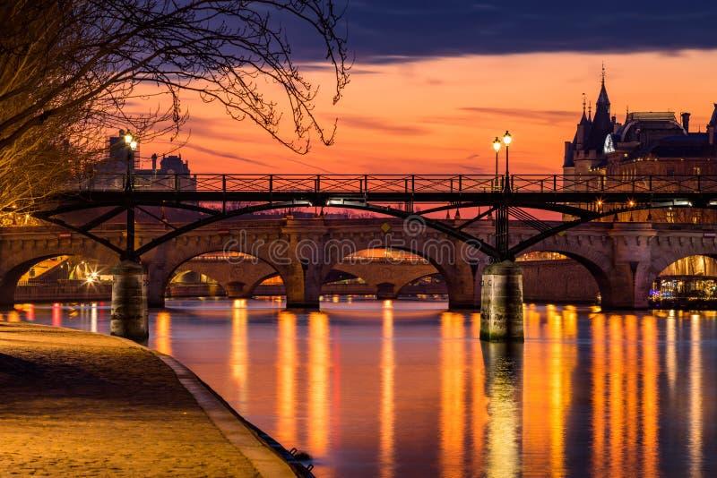 Soluppgång på Seine River och dammdes-konster, Paris Frankrike arkivbilder