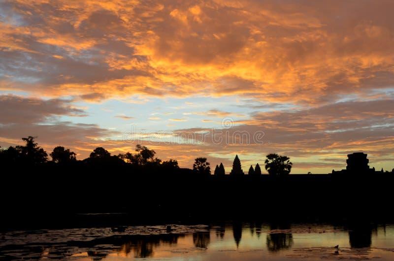 Soluppgång på sjön på Angkor Wat arkivfoton