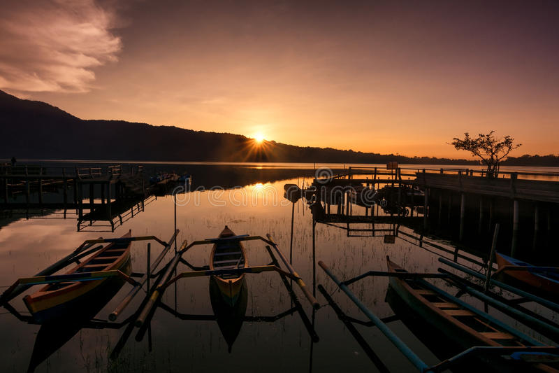 Soluppgång på sjön Bratan, Bali, Indonesien arkivfoto