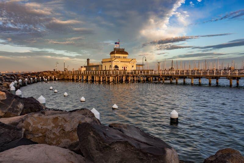 Soluppgång på St Kilda Pier, Melbourne Australien royaltyfria foton