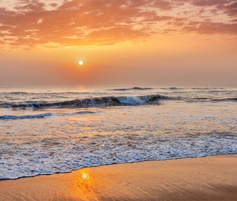 Soluppgång på strand royaltyfri fotografi