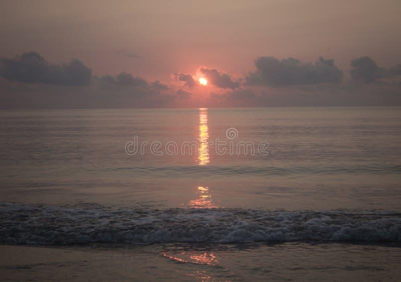 soluppgång på strandao-manaoen arkivbilder