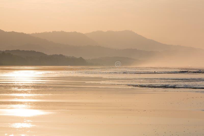 Soluppgång på stranden av Matapalo i Costa Rica royaltyfri fotografi