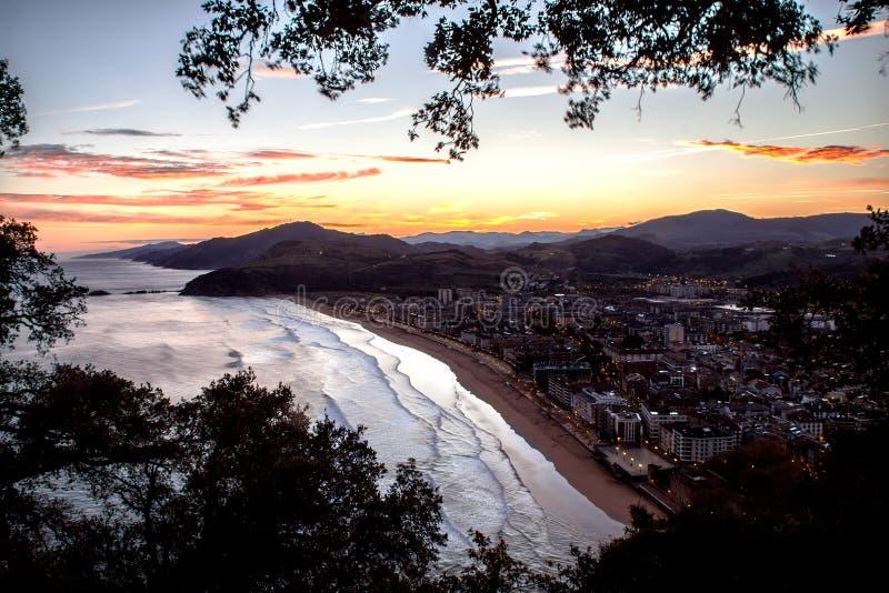 Soluppgång på stranden av Zarautz, Spanien arkivbild