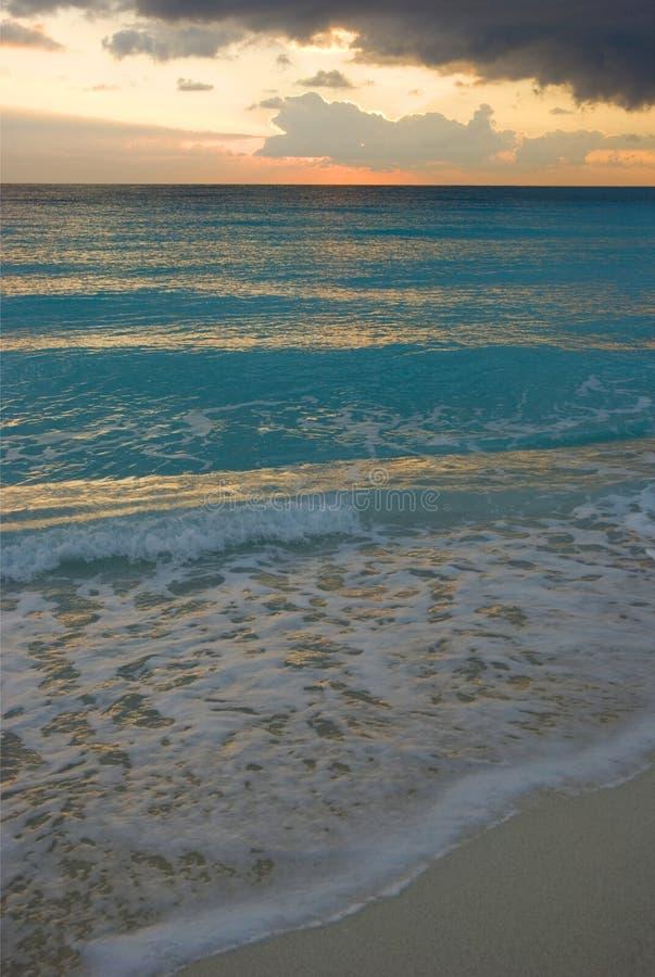 Soluppgång på stranden Cancún, Mexiko arkivbild