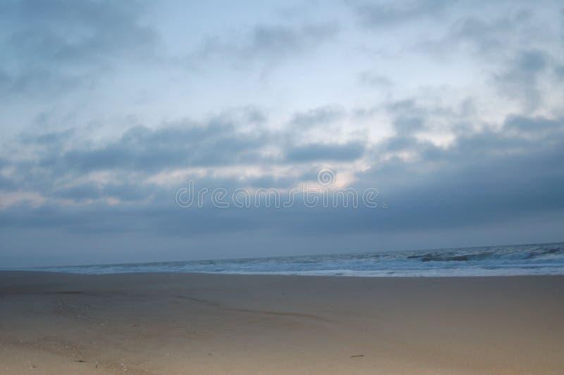 Soluppgång på stranden i april royaltyfri fotografi