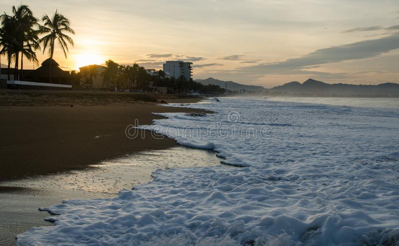 Soluppgång på stranden i Mexico Manzanillo royaltyfri bild