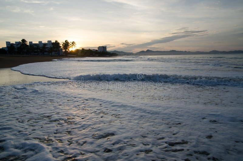 Soluppgång på stranden i Mexico Manzanillo Colima royaltyfria bilder