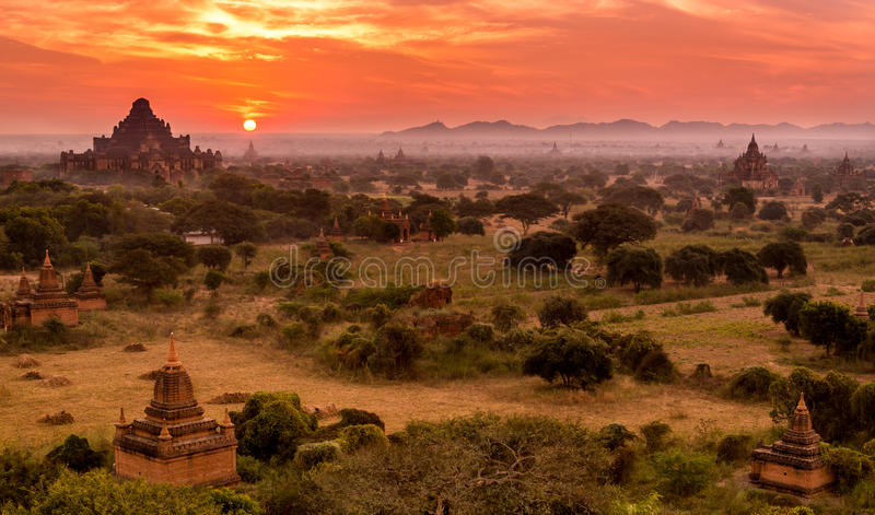 Soluppgång på templet i Bagan, Myanmar, Burma arkivbilder