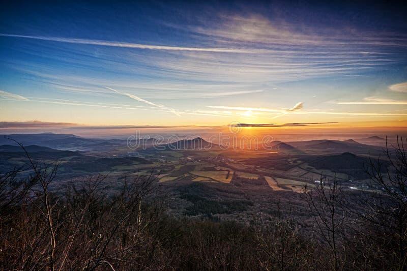 Soluppgång på tjeckiska centrala berg arkivbild