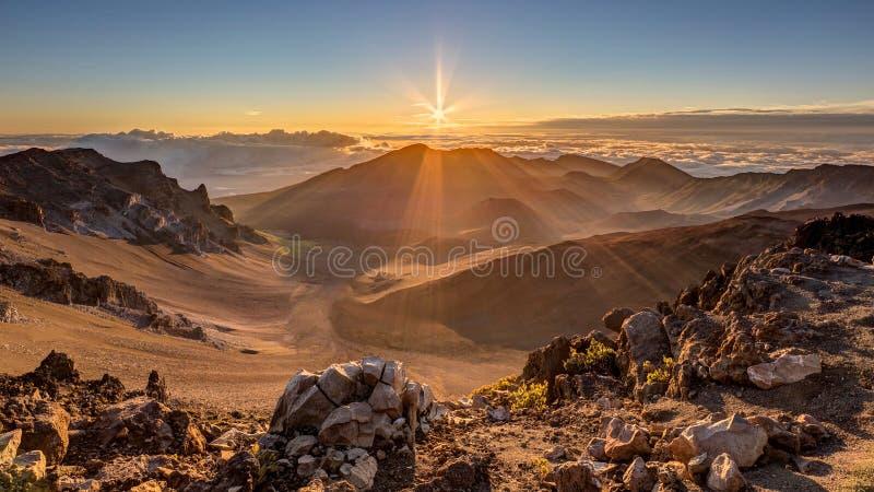 Soluppgång på toppmötet av Haleakala, Maui, Hawaii royaltyfria bilder
