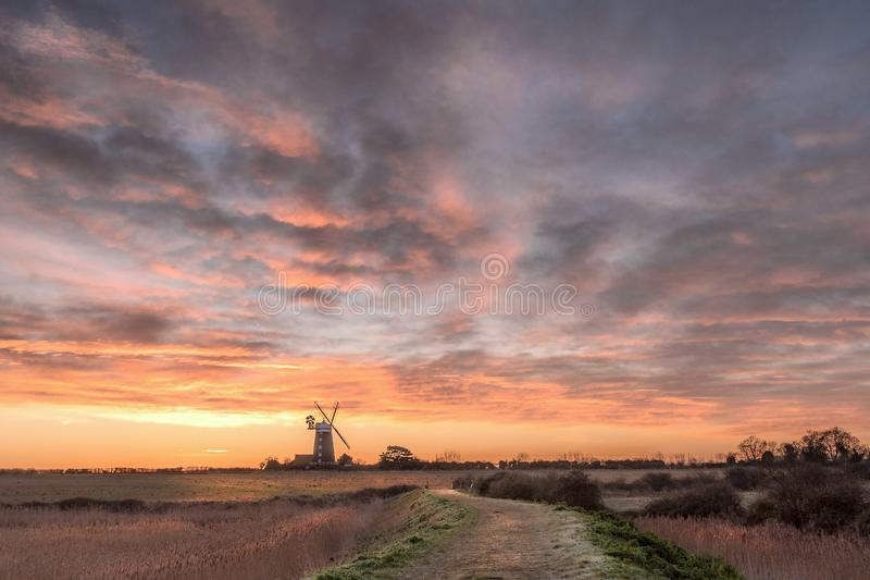 Soluppgång på tornväderkvarnen Norfolk arkivfoton
