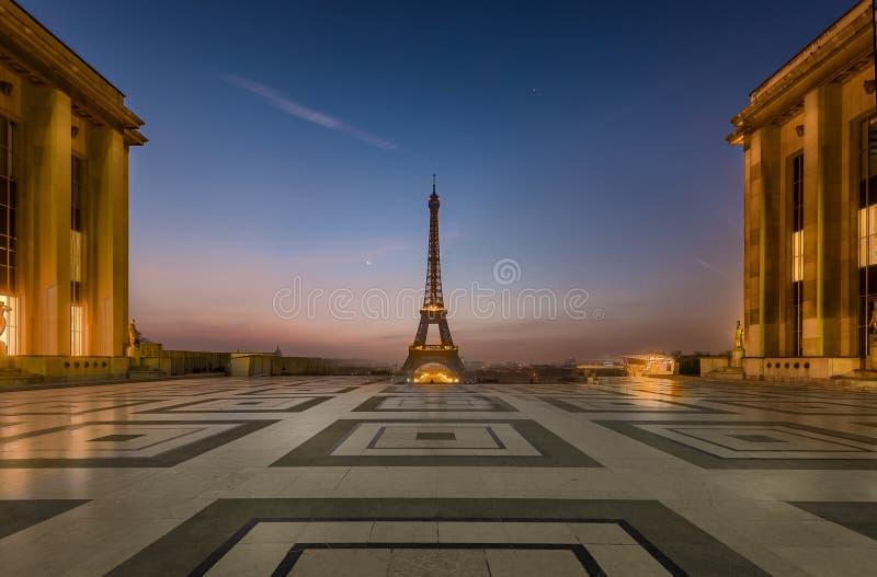 Soluppgång på Trocadero arkivbilder