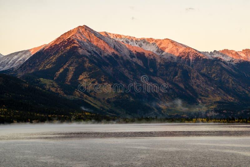 Soluppgång på tvilling- sjöar, Colorado royaltyfria foton