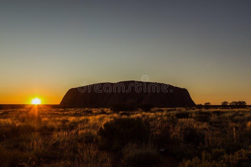 Soluppgång på Uluru, ayers vaggar, den röda mitten av Australien, Australien royaltyfria foton