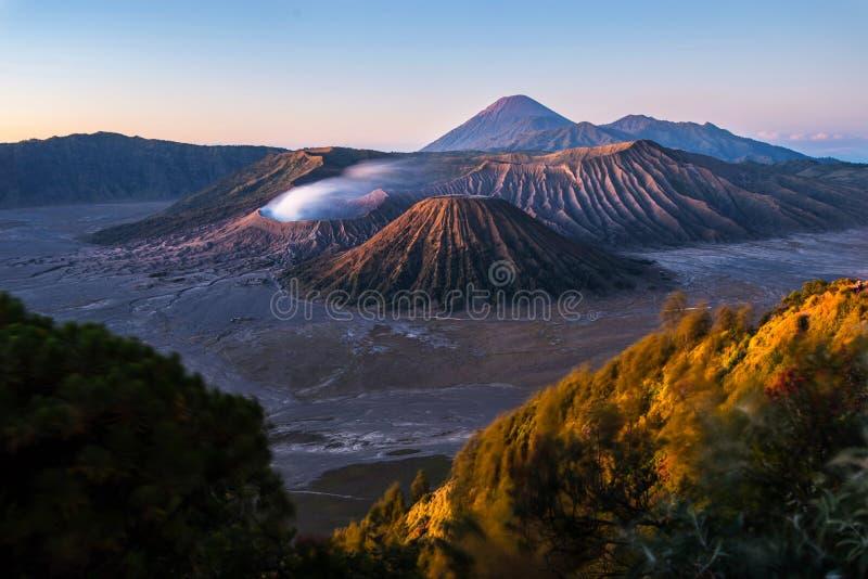 Soluppgång på vulkan Bromo royaltyfria bilder