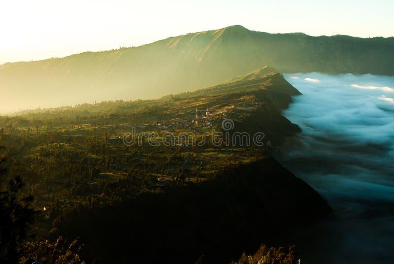 Soluppgång på vulkanmonteringen Bromo, sikt av staden royaltyfri bild