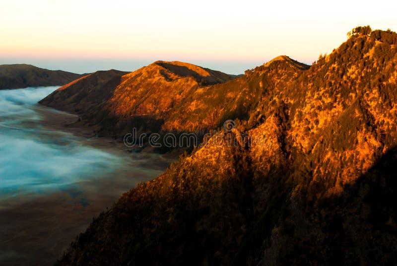 Soluppgång på vulkanmonteringen Bromo, tidigt royaltyfri fotografi