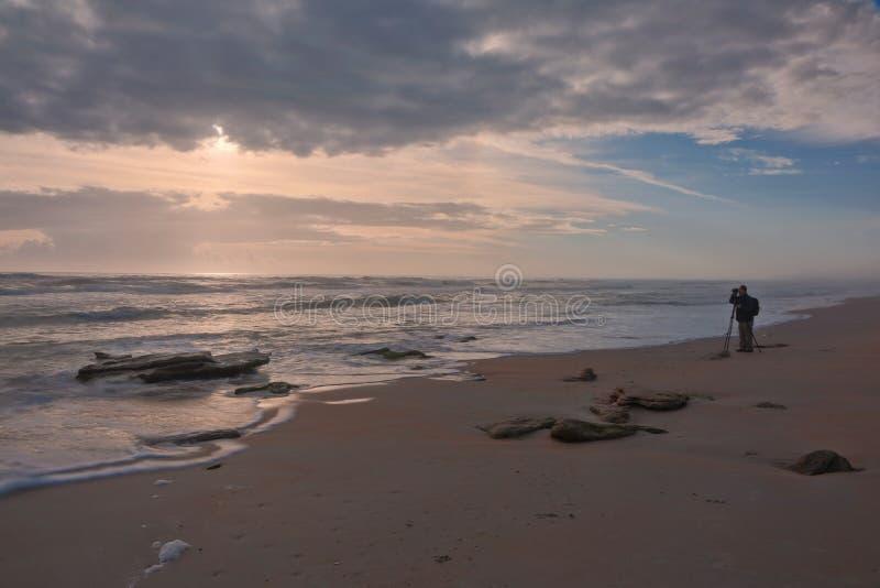 Soluppgång på Washington Oaks Beach royaltyfria bilder