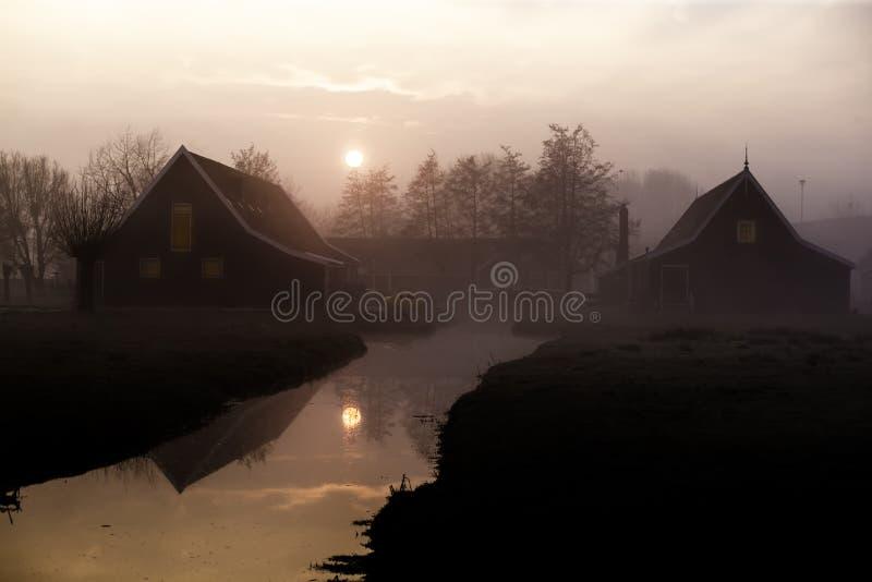 Soluppgång på Zaanse Schans trähuset royaltyfri bild