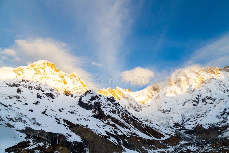 Soluppgång rays på maximumet av Annapurna söder från den Annapurna basläger, Nepal arkivfoto