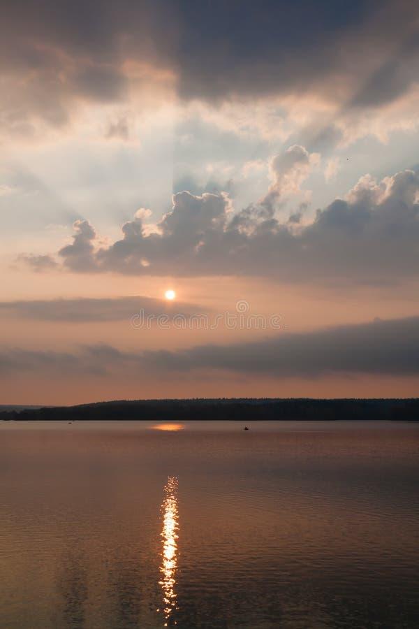 Soluppgång reflekterad i sjön royaltyfri fotografi