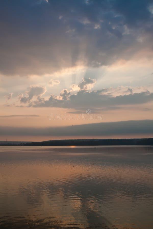 Soluppgång reflekterad i sjön royaltyfria bilder