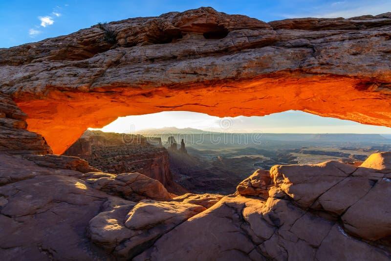 Soluppgång som förbiser Mesa Arch i Canyonlands royaltyfri fotografi
