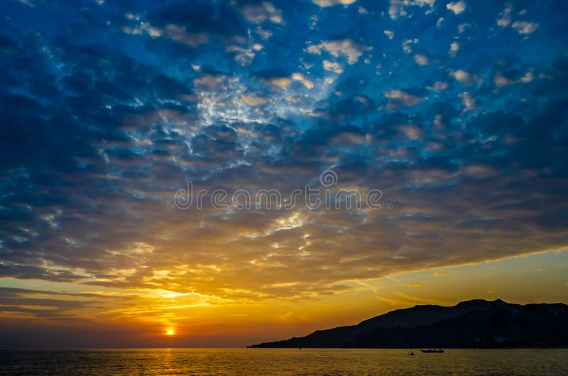 Soluppgång som medföljs av dramatiska moln arkivfoton
