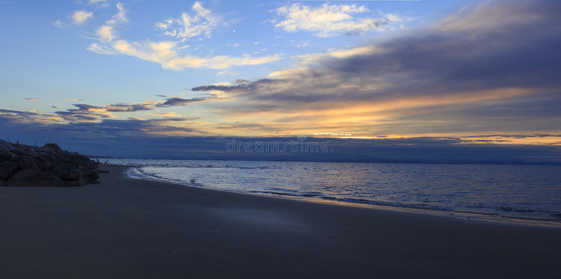 Soluppgång strand, Bibione, Italien royaltyfri bild