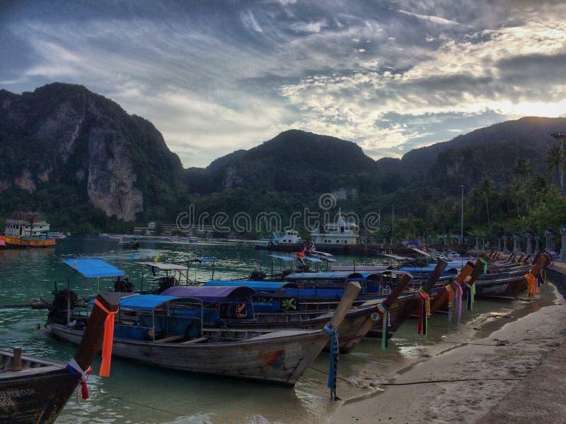 soluppgång thai thailand för phi för fartygöliggande magisk royaltyfri foto