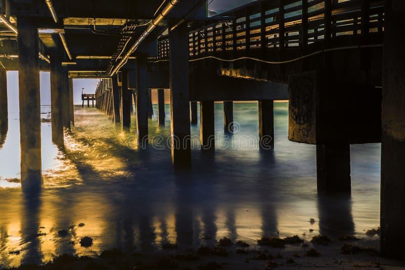 Soluppgång under pir arkivfoton
