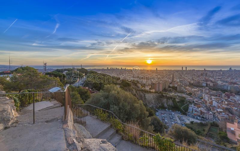Soluppgångar i det barcelona landskapet arkivbild