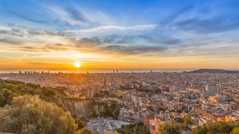 Soluppgångar i det barcelona landskapet arkivfoton