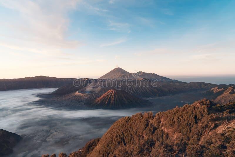 Soluppgången av den Bromo vulkan, skott i Java, indunesia royaltyfria bilder