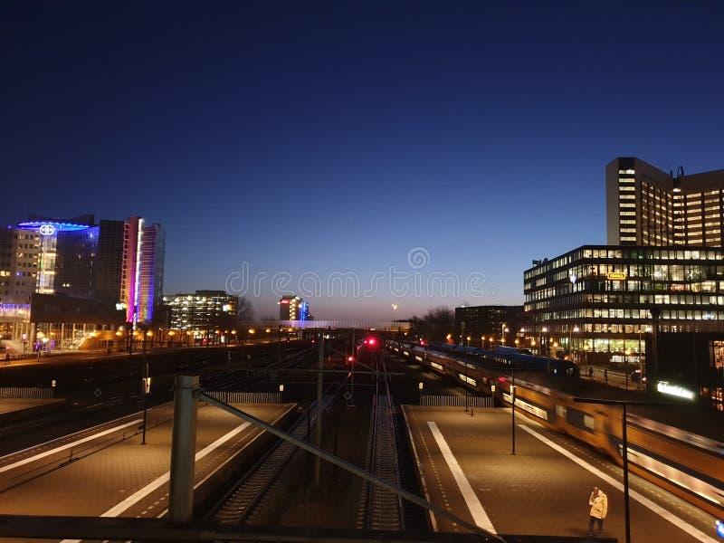 soluppgången kommer till företagsdistriktet på järnvägsstationen Amsterdam Sloterdijk i Nederländerna royaltyfria bilder